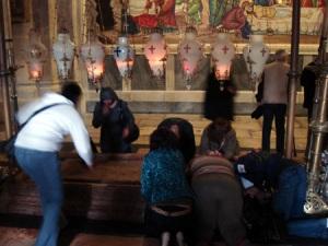 משתטחים על מקום הנחתו של ישו בכנסית הקבר